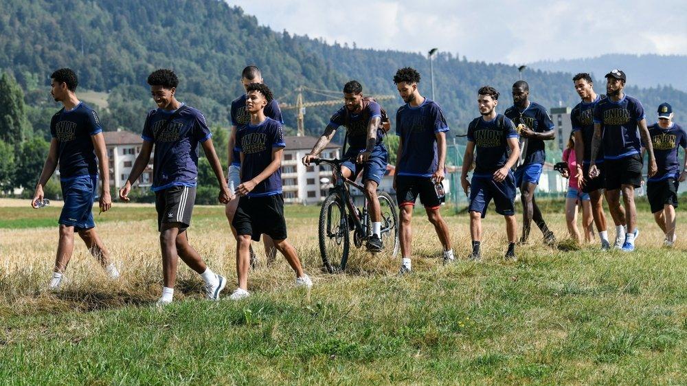 """Cette """"récupération active"""" a son importance physiquement, mais également mentalement, selon le préparateur physique du club, Piran Isfendiar (7e depuis la gauche)."""