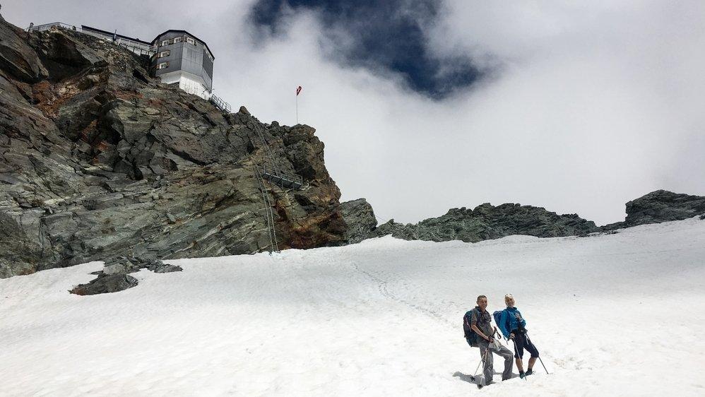 Patrick Berner et Claudine Munday, de la section neuchâteloise du Club alpin suisse, au pied de la cabane de Bertol.