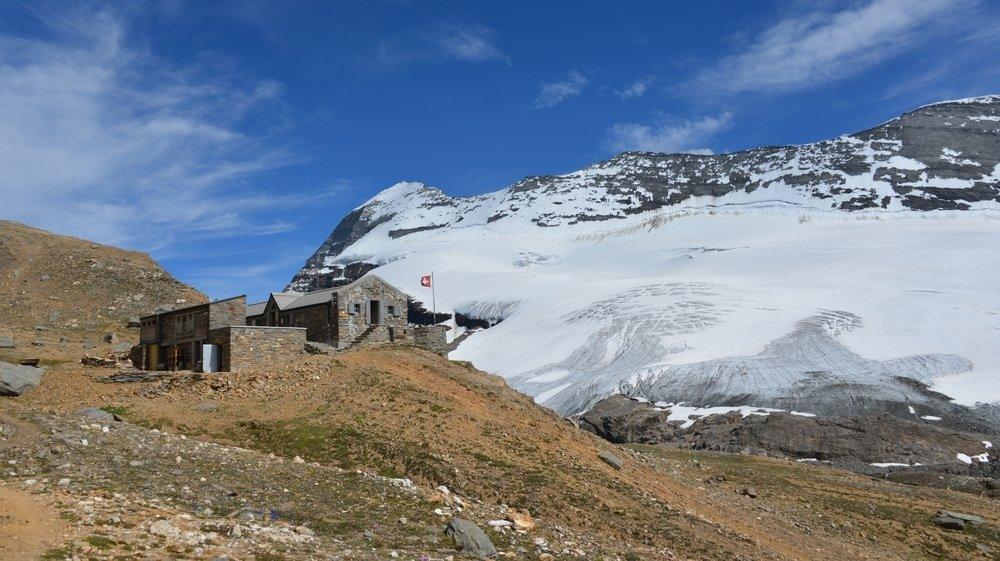 La cabane de Monte Leone, devant la montagne du même nom.