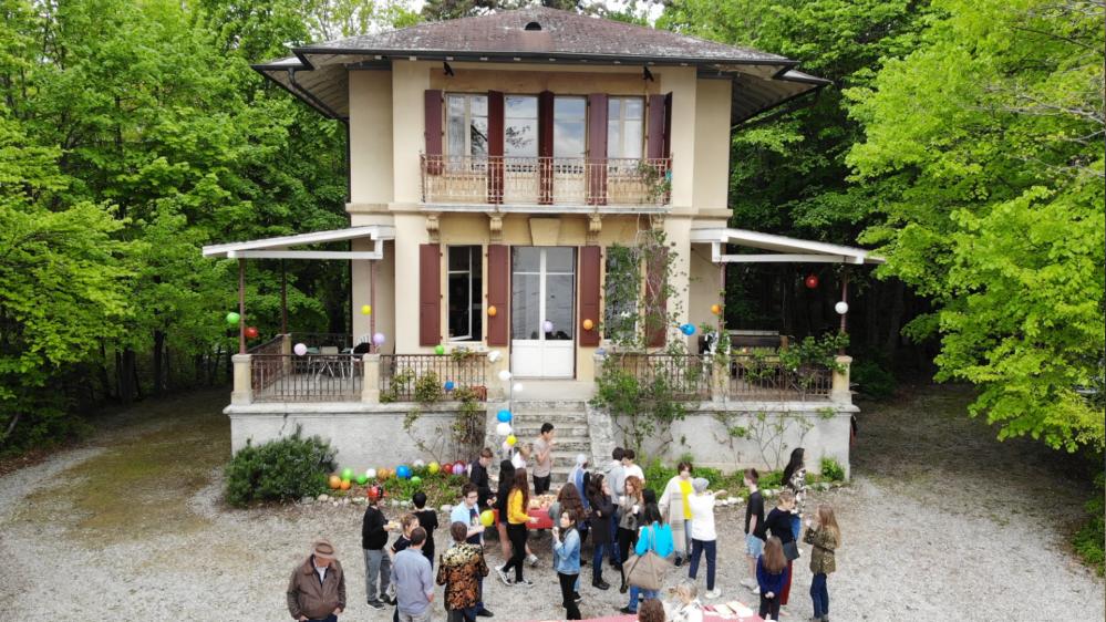 L'équipe du tournage devant la maison qui est au cœur du film.