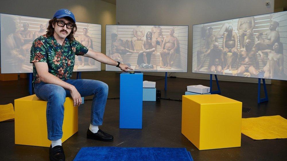 Bastien Bron devant l'une de ses installations, qui implique des figurants tout nus.