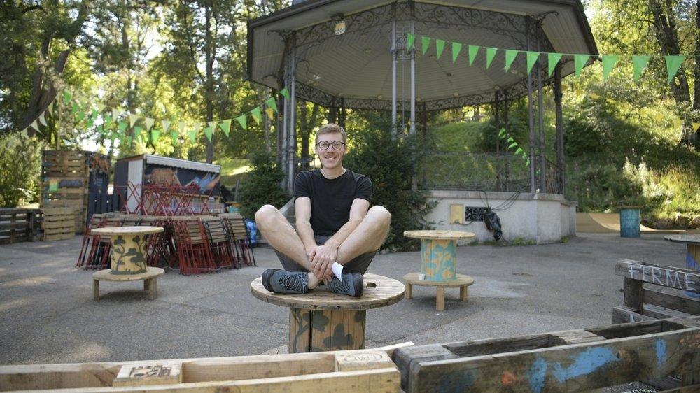 Loïc Liechti devant le kiosque à musique du parc des Crêtets, où Scapino a pris ses quartiers d'été.