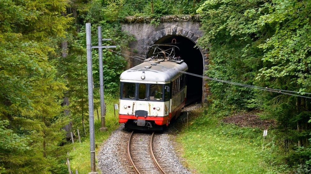 Le Régional des Brenets à la sortie du tunnel de la Combe-Monterban.