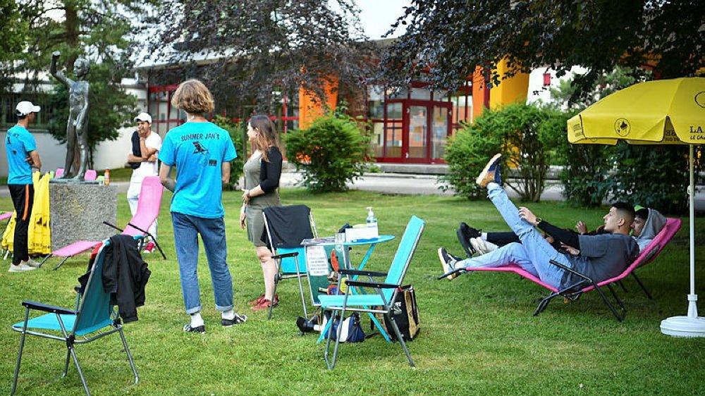 Le Summer Jan's a connu un premier week-end calme, mais les jeunes animateurs comptent sur le bouche à oreille pour attirer la foule à la place des Jeanneret.