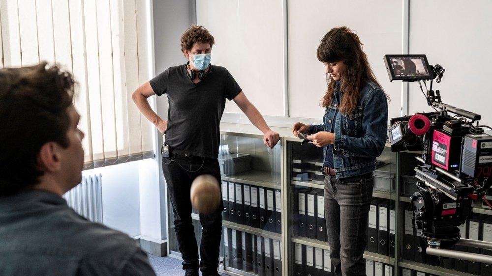 """Masques de protection et habits d'hiver en plein été: le tournage de """"Wilder"""" a repris au Locle."""