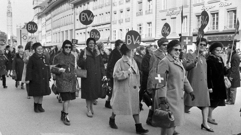 Sur cette image prise le 1er mars 1969, plusieurs milliers de suffragettes et d'autres personnes manifestaient pour le droit de vote des femmes à Berne.