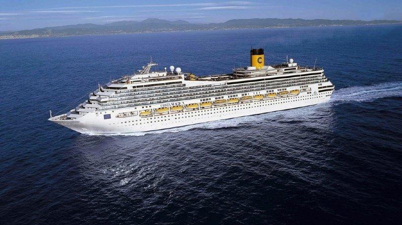 Le Costa Magica tel qu'il était au moment de quitter le port de Gênes après son inauguration en 2004. Prévu pour 3470 passagers et des milliers de membres d'équipage, il fait partie des plus gros navires de croisière du monde.