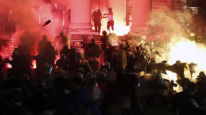 Alors que la plupart des manifestants étaient pacifiques, quelques groupes ont lancé des pétards et tenté de franchir les barrières de sécurité installées devant le parlement.