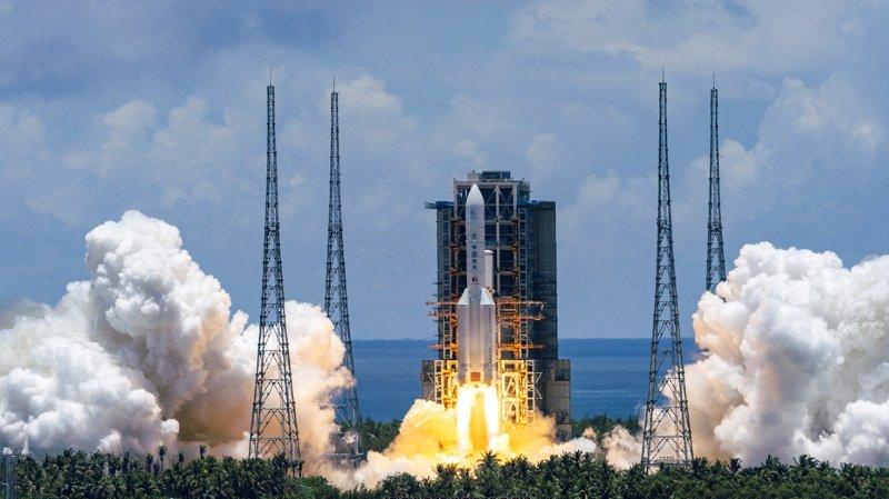 Une fusée Longue Marche-5 transportant la sonde Tianwen-1 décolle du pas de tir de Wenchang.