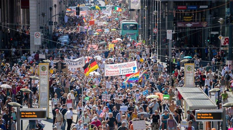 Les manifestants ne portaient pas de masque et ne respectaient pas les distances sociales.