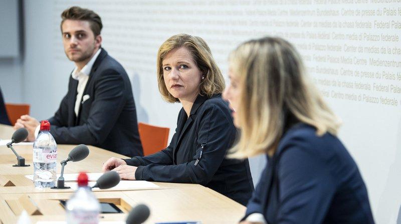 La libérale-radicale bernoise Christa Markwalder monte au créneau pour dénoncer l'augmentation des frais de garde pour enfants aux côtés de Tobias Vögeli et Kathrin Bertschy des Vert'libéraux.