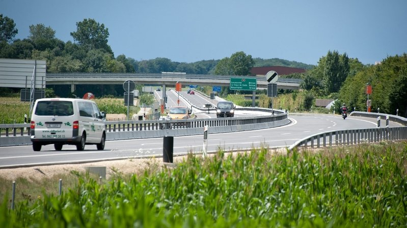 Une automobiliste percute la glissière de sécurité sur l'A5 vers Thielle