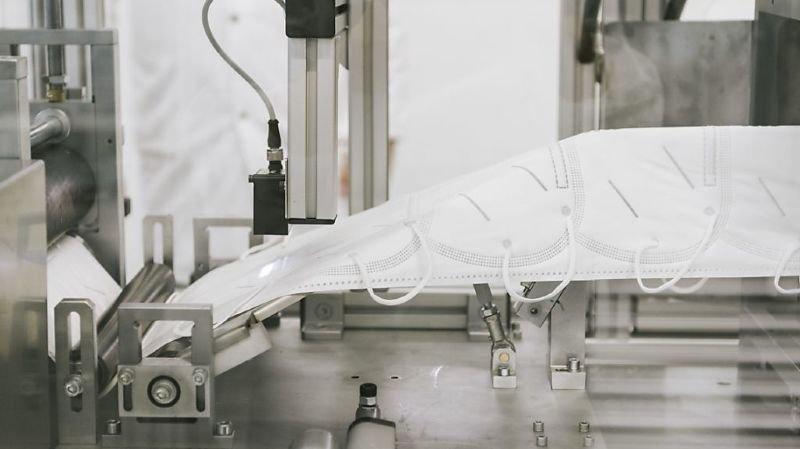 Avec trois machines au total, Flawa peut produire quelque 85'000 masques par jour (archives).