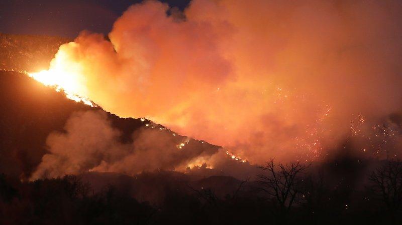 Etats-Unis: les pompiers peinent à contenir un incendie à l'est de Los Angeles