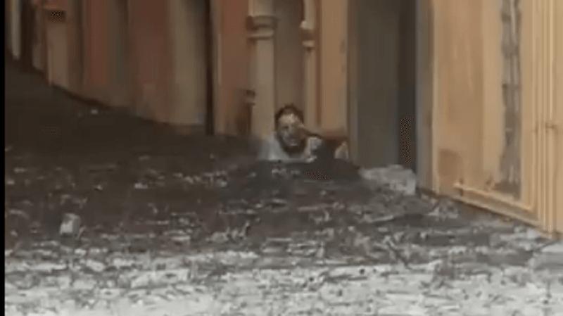 Des vidéos postées sur les réseaux sociaux montrent des images particulièrement impressionnantes à Vérone, dont celle d'un homme tentant d'avancer dans une rue avec de l'eau jusqu'à la poitrine.