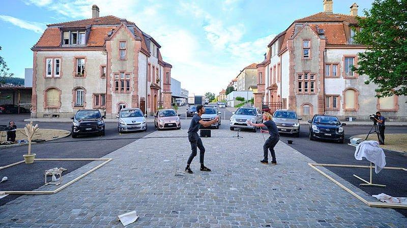 La Chaux-de-Fonds: du théâtre assis dans sa voiture, c'est comment?