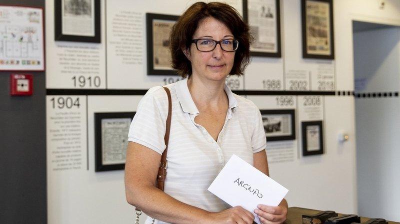 Francoise Kuenzi et sa cagnotte pour aider les médias neuchâtelois.