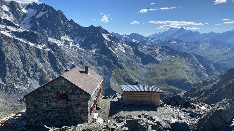 La cabane de Valsorey et son voisin d'en face, nommé Mont Blanc