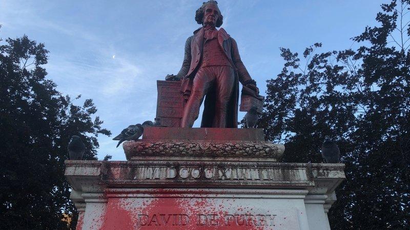 Neuchâtel: la statue de David de Pury peinte en rouge par des inconnus.