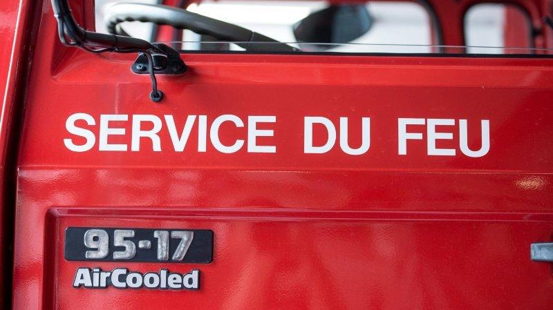 Une voiture en proie aux flammes à La Chaux-de-Fonds