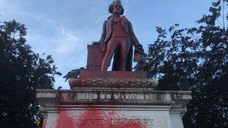 Neuchâtel: la statue de David de Pury aspergée de peinture rouge