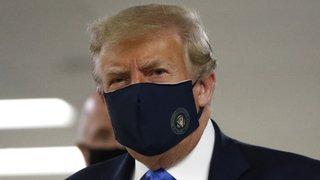 Coronavirus: Trump porte un masque en public pour la première fois