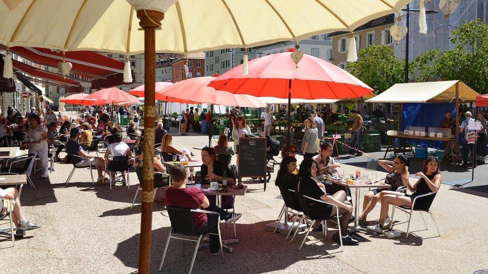 Les terrasses bien remplies de la place du Marché à La Chaux-de-Fonds, à l'été 2020.