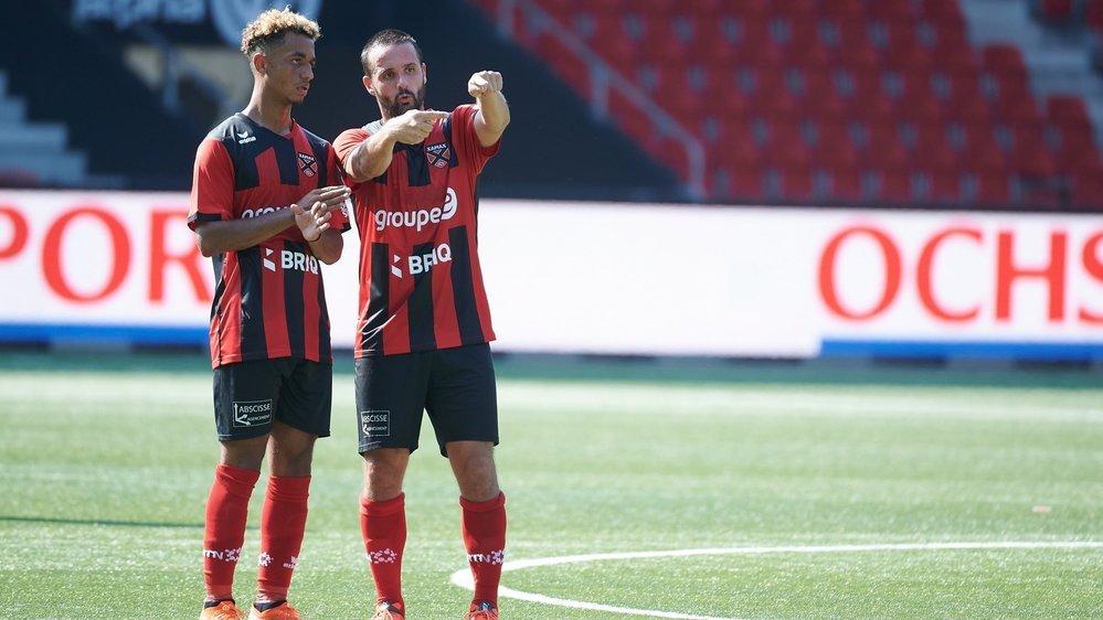 A l'image de Raphaël Nuzzolo (à droite), qui conseille ici Jason Mbock, un changement de génération s'opère actuellement à la Maladière.