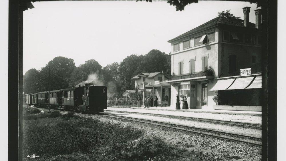 Vers 1899, le «Régional» Boudry - Cortaillod - Neuchâtel arrive en gare de Colombier.