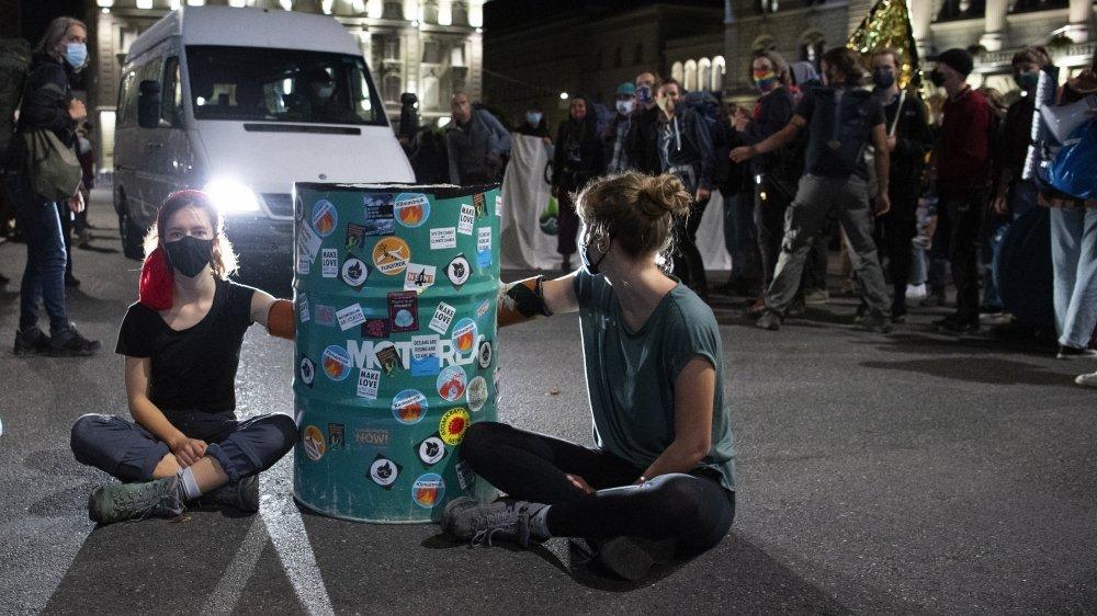 Habitués aux occupations illégales, les activistes ont développé nombre de stratagèmes pour compliquer une évacuation policière.