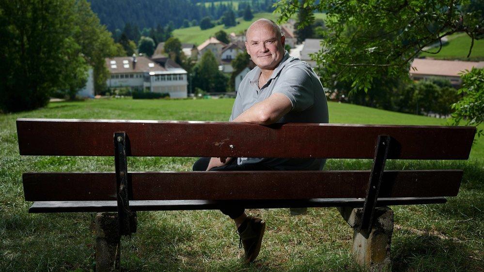 Candidat aux élections communales de La Côte-aux-Fées, Yvan Perrin s'inquiète pour le maintien de l'emploi dans la région. Derrière lui, la fabrique horlogère Piaget.