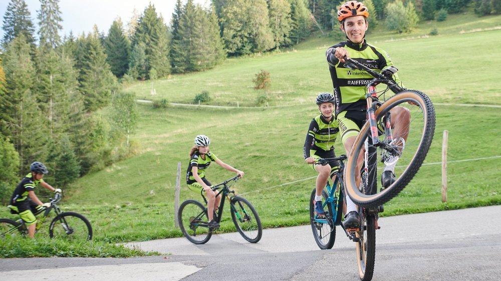 Les jeunes membres du Cimes Cycle peuvent s'éclater avec leur nouveau maillot.