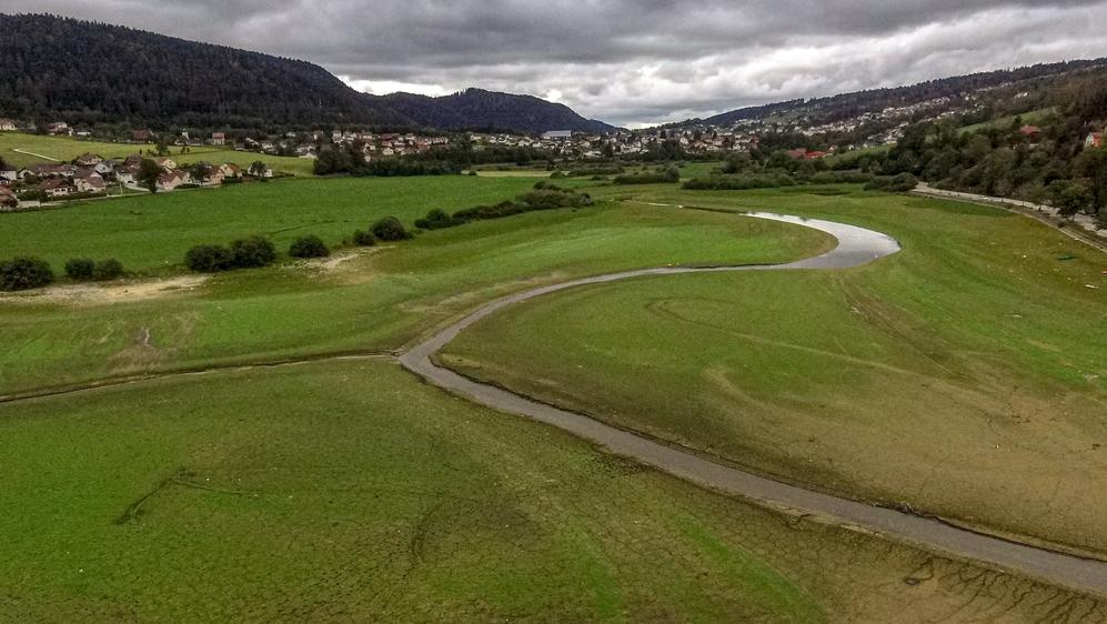 Les fuites entre Pontarlier et Montbenoît ne permettent plus au Doubs d'avoir un débit suffisant pour combler les pertes au Saut-du-Doubs en période de sécheresse.
