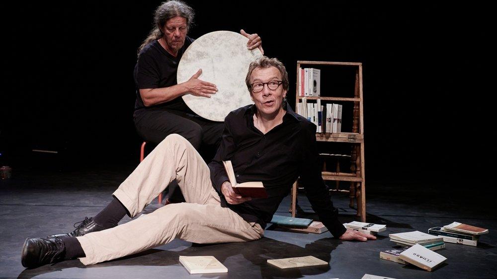 Vincent Held en train d'analyser sa bibliothèque tandis qu'Olivier Forel le soutient musicalement.