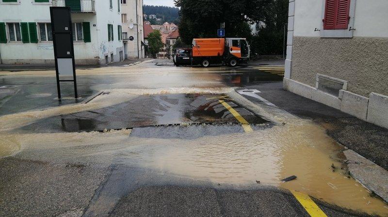 La Chaux-de-Fonds: une conduite d'eau saute pile sous sa voiture