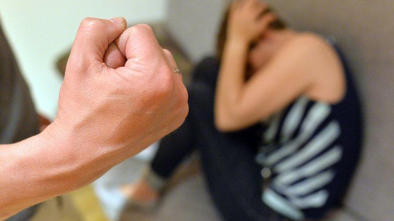 Courte peine de prison et mesure institutionnelle pour l'homme qui terrorisait son épouse