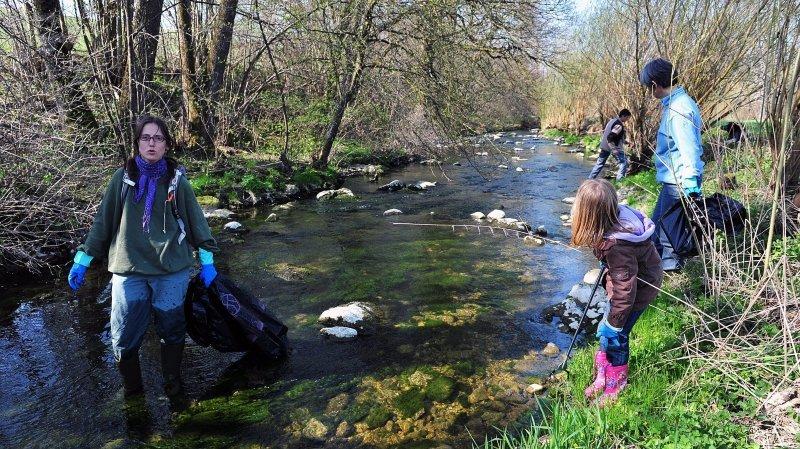 Munis de de sacs poubelles et de gants, de nombreux bénévoles mettent du cœur à l'ouvrage pour lustrer les rives du Seyon, comme ici en 2010.