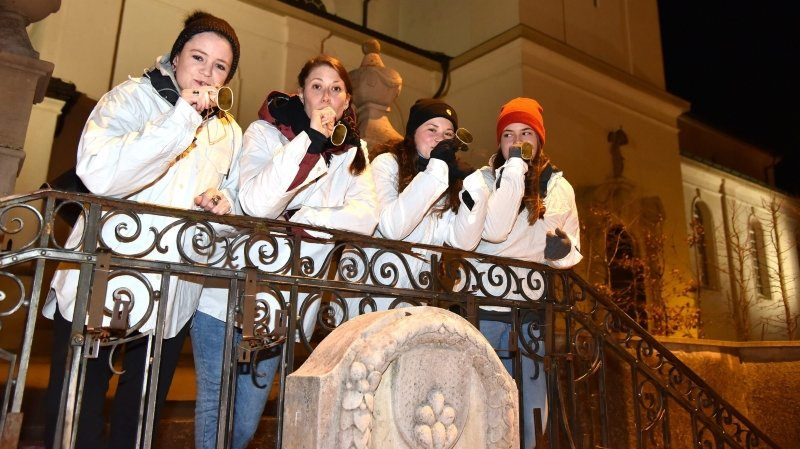 Les jeunes Jurassiens, ici lors du Carnaval du Noirmont, vivent plutôt bien leur jeunesse, selon une étude.