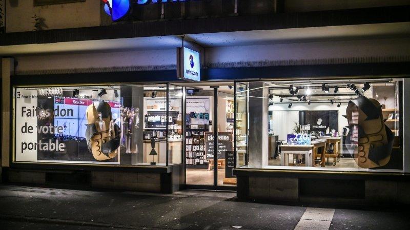 Swisscom (ici son magasin de Neuchâtel) va fermer un de ces sites à Bienne.