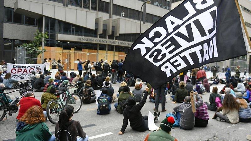 Des manifestants dénoncent depuis plusieurs mois dans de nombreuses villes américaines, ici Minneapolis, les violences policières. Le rapport publié mardi pointe également du doigt des irrégularités lors des enquêtes et met également en cause des procureurs (archives).