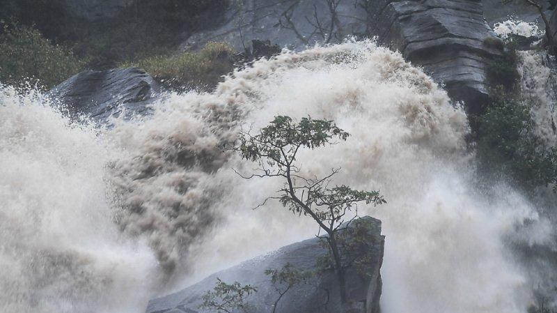 Météo: inondations et glissements de terrain au Tessin et aux Grisons
