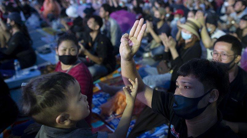 Thaïlande: dizaines de milliers de manifestants à Bangkok contre le gouvernement