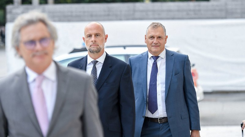 L'ancien secrétaire général Jéròme Valcke (à droite) arrive lundi matin au Tribunal pénal fédéral pour son procès.