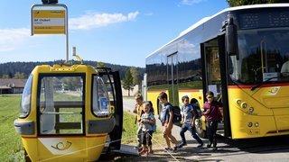 La nouvelle cabine-abribus de CarPostal attire l'œil à La Brévine