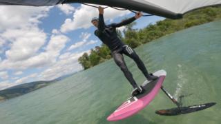 Balz Müller, pratiquant de wing foil sur le lac de Bienne